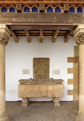 De romeinse sarcofaag die nu op de 'raco de calma' staat