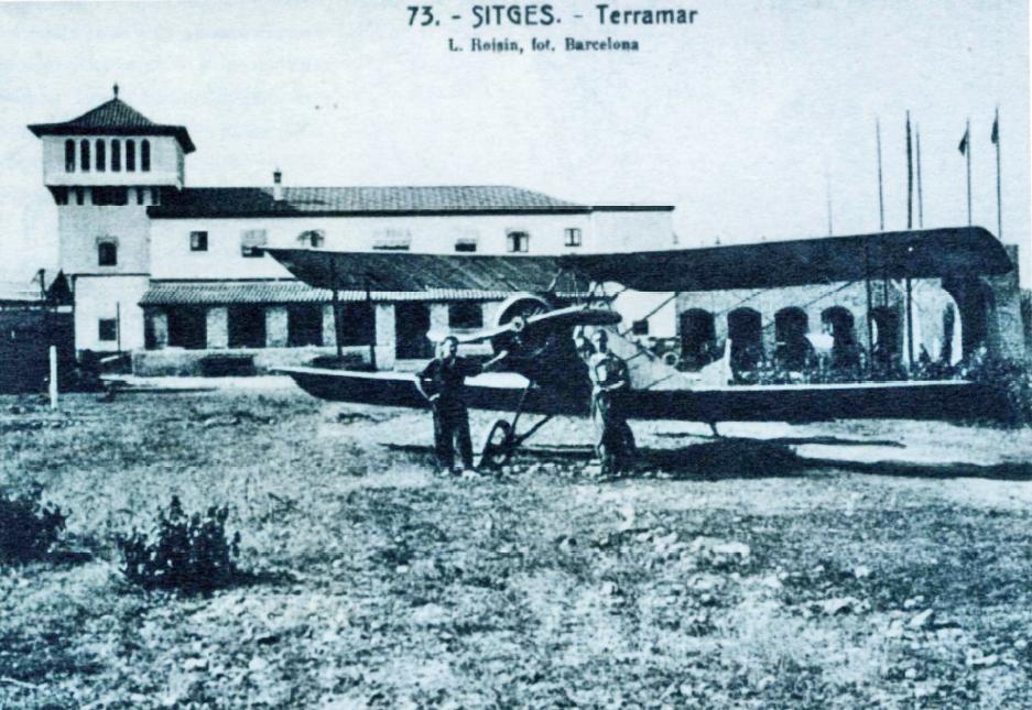 De oude hoeve Sellarot die tot hotel werd verbouwd. Voor het hotel een klein vliegtuig.